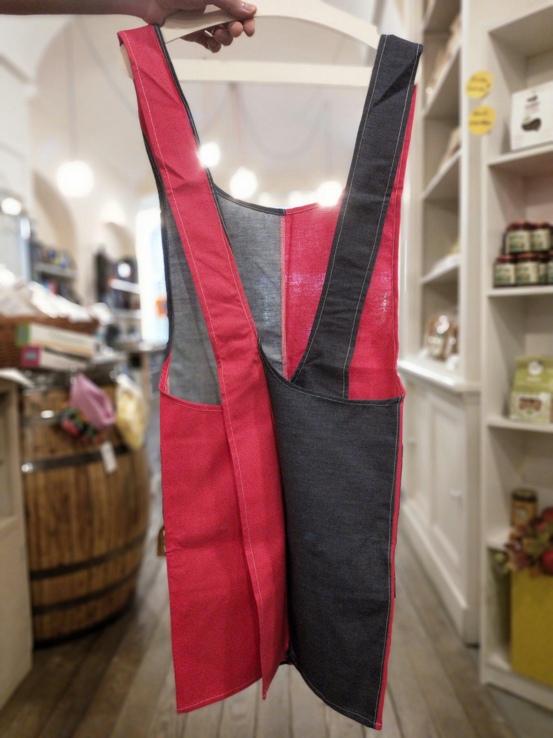 Grembiule rosso e jeans